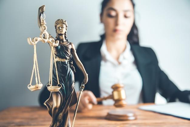 Richter mit hammer im büro