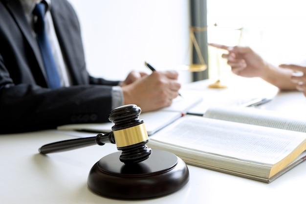 Richter oder anwalt im gespräch mit team oder auftraggeber