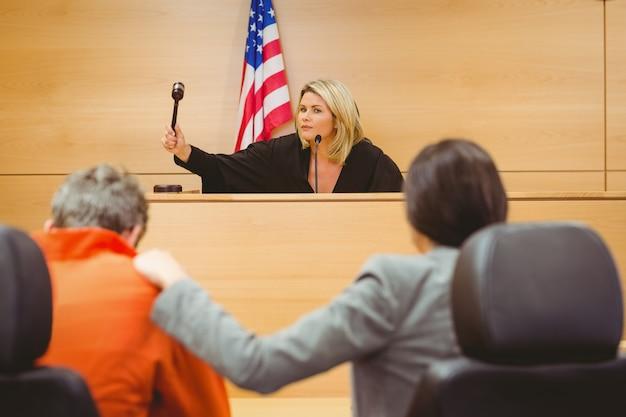 Richter über hammer auf klingenden block schlagen