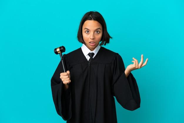 Richter über isolierten blauen hintergrund, der zweifel macht