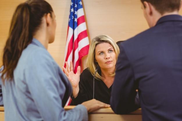 Richter und anwälte sprechen vor der amerikanischen flagge