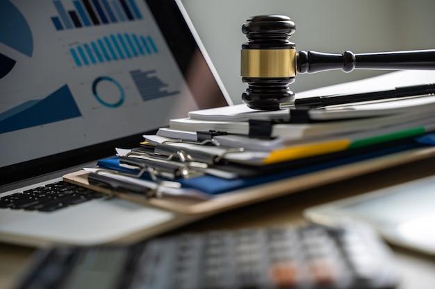 Richter und dokumente auf dem schreibtisch gesetzgebung