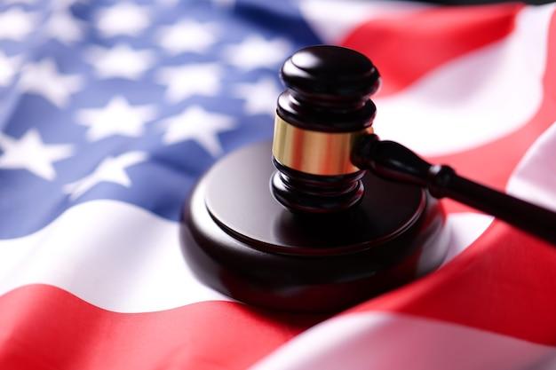 Richterhammer auf der flagge der vereinigten staaten von amerika. symbol für gerichtsbarkeit usa.