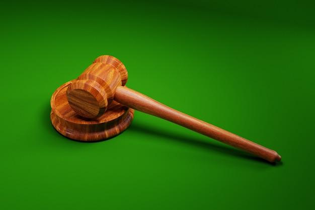 Richterhammer auf grünem hintergrund; rechtskonzept; 3d-illustration