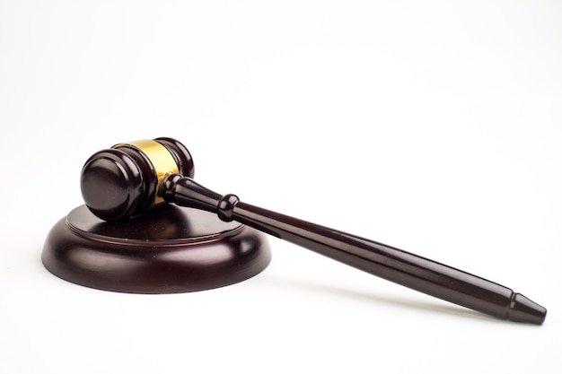 Richterhammer auf hellem hintergrund, draufsicht. rechtskonzept.