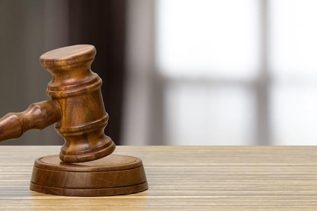 Richterhammer auf hellem hintergrund, vorderansicht. law-konzept
