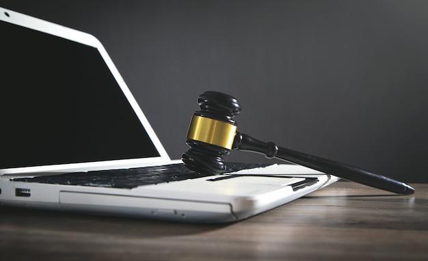 Richterhammer auf laptoptastatur. internetkriminalität