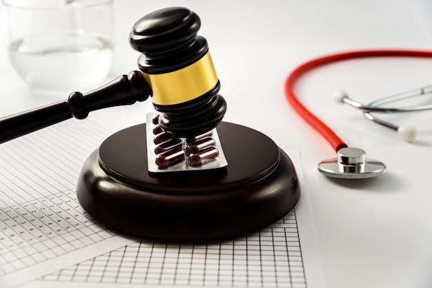 Richterhammer auf tabletten und pillen, verurteilt einen betrug aus der medizinischen industrie.