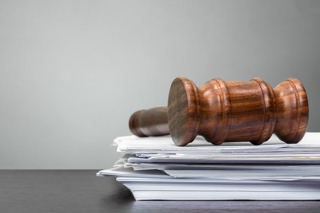 Richterhammer auf weißbuch und tabelle