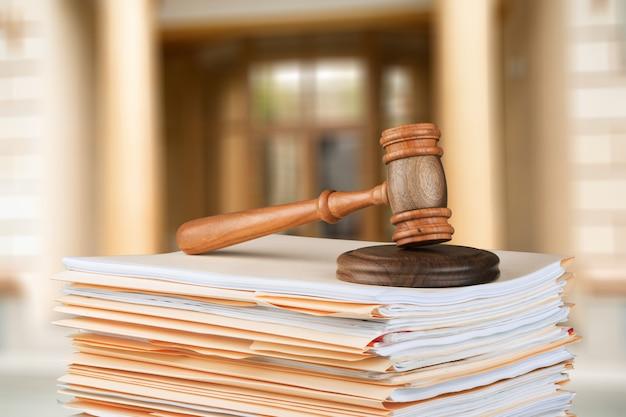 Richterhammer aus holz mit büchern. justiz- und rechtskonzept