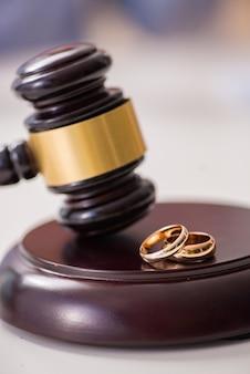 Richterhammer, der über ehescheidung entscheidet