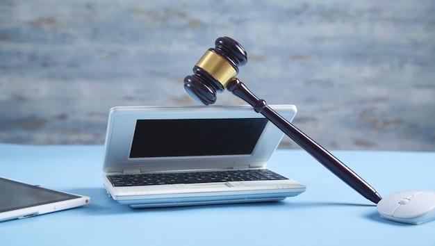 Richterhammer mit einer computermaus und einem laptop