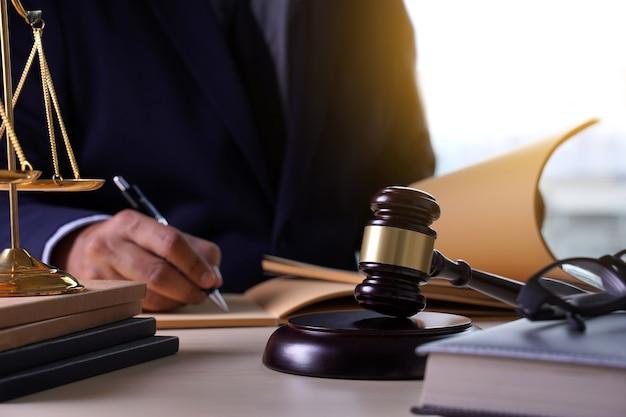Richterhammer mit gerechtigkeitsrechtsanwaltarbeitsrichterkonzept