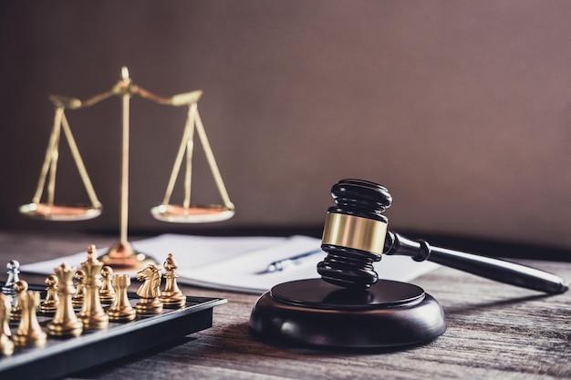 Richterhammer mit justizanwälten, objektdokumente, die am tisch arbeiten