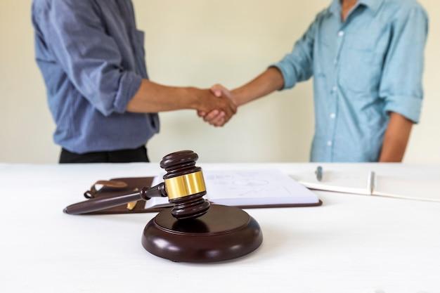 Richterhammer mit rechtsanwalt bakground. konzepte des wohnungs- und immobilienrechts.