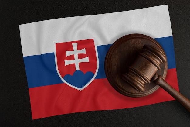 Richterhammer und die flagge der slowakei. recht und gerechtigkeit. verfassungsrecht.