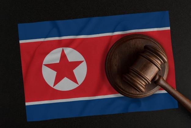 Richterhammer und die flagge nordkoreas. recht und gerechtigkeit. verfassungsrecht.