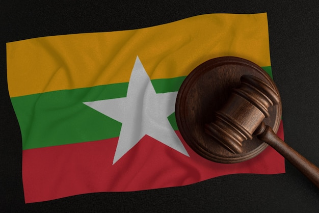 Richterhammer und die flagge von myanmar. recht und gerechtigkeit. verfassungsrecht