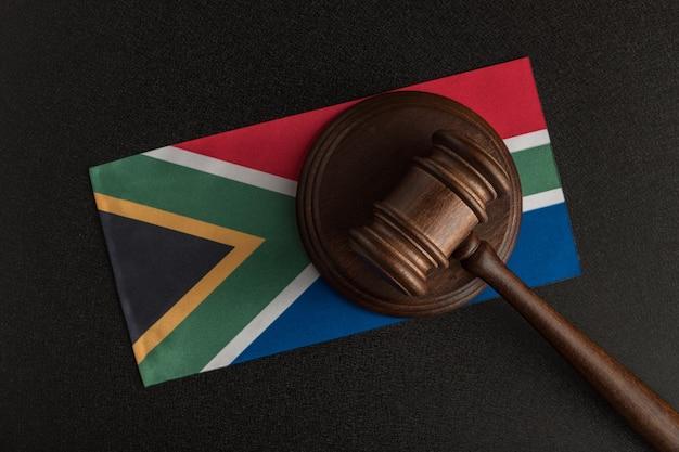 Richterhammer und flagge von südafrika. recht von südafrika. verletzung von rechten.