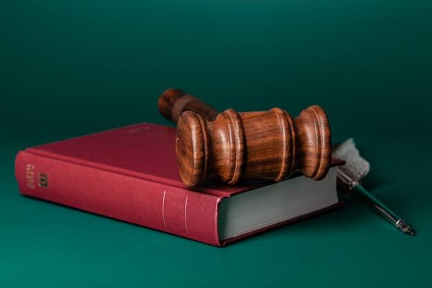 Richterhammer und juristisches buch nah oben auf tabelle
