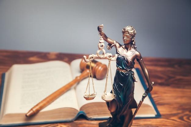 Richterin am buch und richterin am tisch