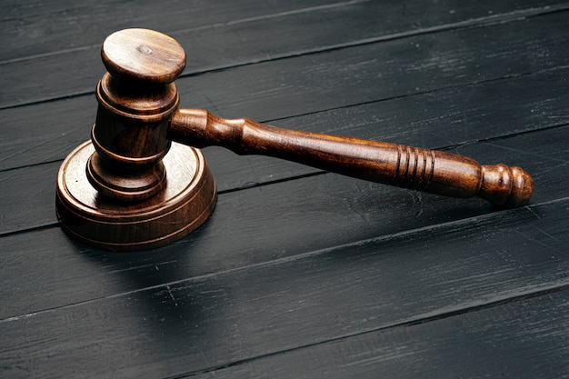 Richters hammer auf holztisch im dunkeln