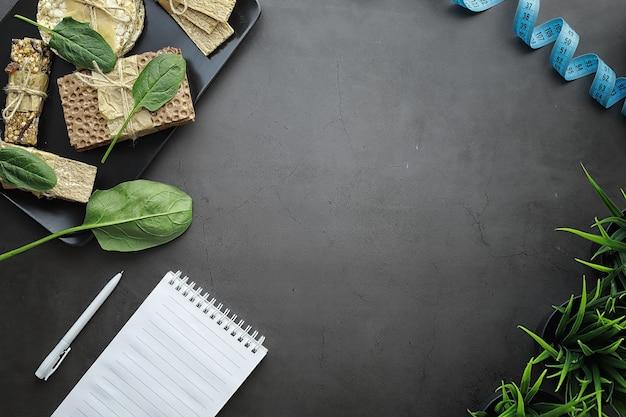 Richtige ernährung. gesunder lebensstil. trockene brötchen für die diät. das konzept des abnehmens und eines gesunden lebensstils. brötchen mit gemüse und kräutern auf dem tisch.