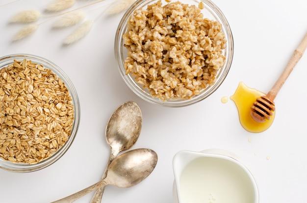 Richtiges ernährungsmenü zum frühstück mit haferbrei, milch und honig