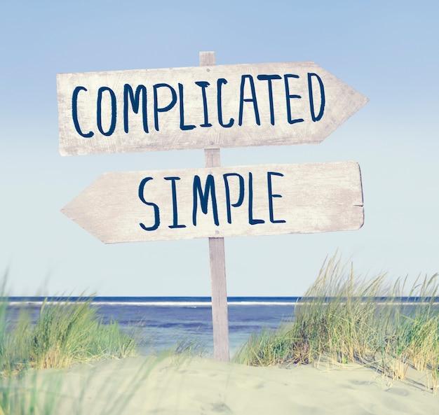 Richtungsetikett am strand mit kompliziertem und einfachem text