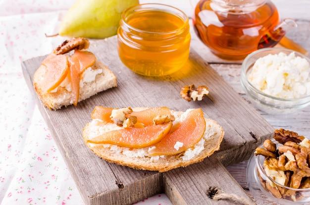 Ricotta-käse- und birnenmarmeladen-sandwiches