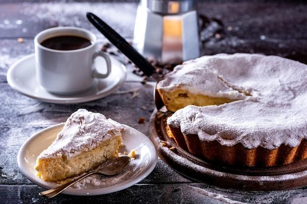 Ricotta-kuchen mit hausgemachtem kaffee