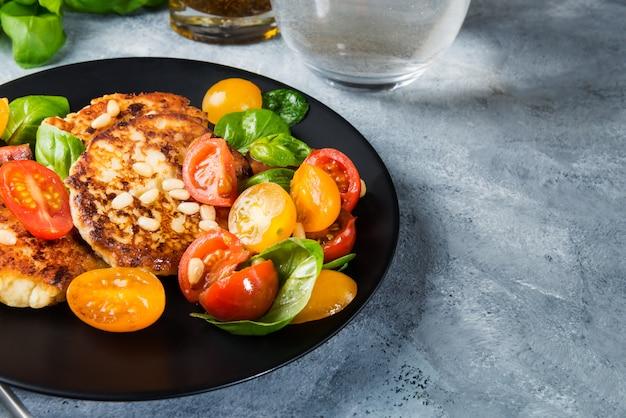 Ricotta pfannkuchen mit spinat, tomaten, basilikum und pinienkernen