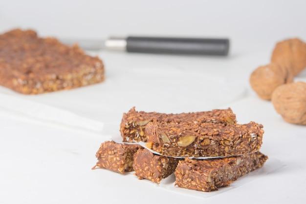 Riegel mit schokoladenprotein und ungesüßten nüssen