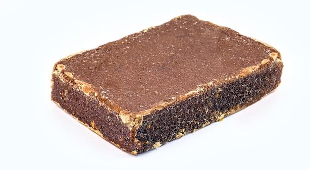 Riegel oder tablette aus rapadura, zuckerstange und melasse, isoliert auf weißer oberfläche