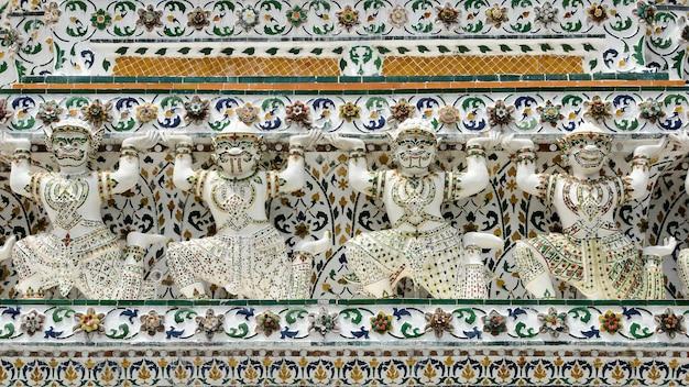 Riese und der könig der affestatuen am tempel der dämmerung - wat arun thailand.