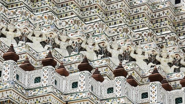 Riesen- und königsaffenstatuen im tempel der morgenröte