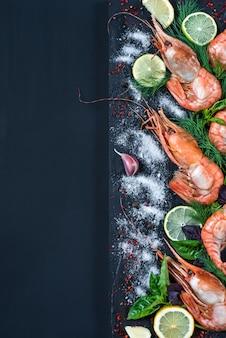 Riesengarnele mit gewürzen und kräutern: salz, knoblauch, fenchel, basilikum, limette, pfeffer, zitrone.