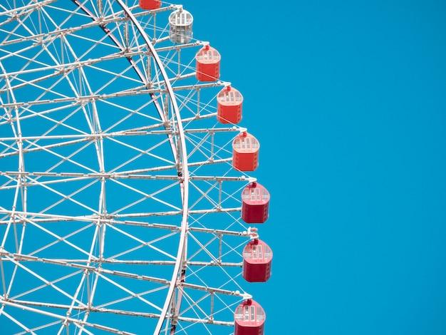 Riesenrad am blauen himmel