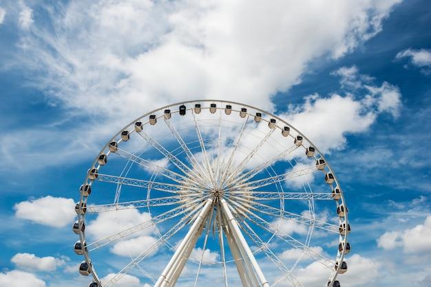 Riesenrad an einem freizeitpark