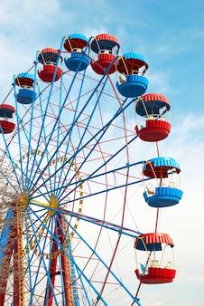 Riesenrad auf blauem himmel