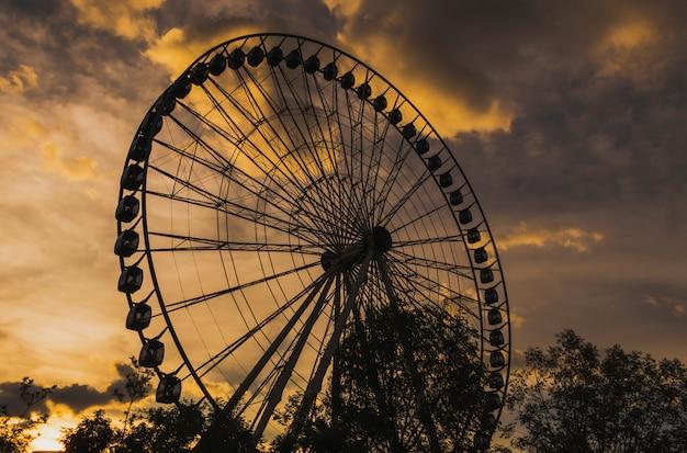 Riesenrad bei sonnenuntergang