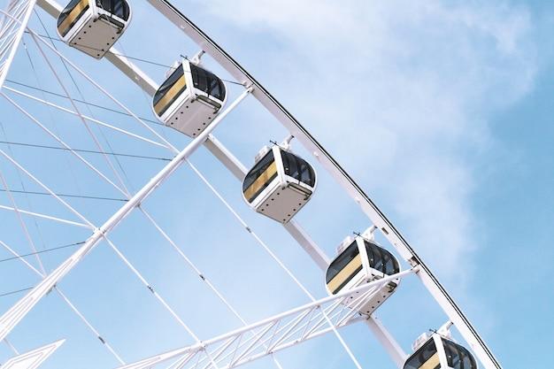 Riesenrad gegen am blauen himmel.