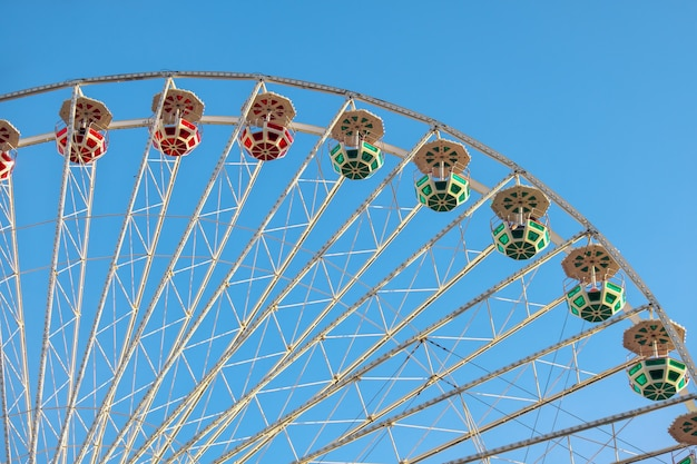 Riesenrad gegen den blauen himmel