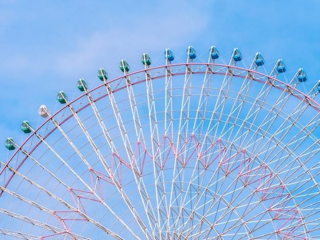 Riesenrad im park mit hintergrund des blauen himmels