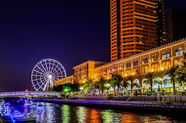 Riesenrad in al qasba. sharjah - drittgrößte und bevölkerungsreichste stadt der vereinigten arabischen emirate