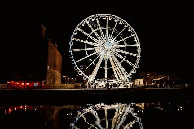 Riesenrad in der altstadt von danzig bei nacht