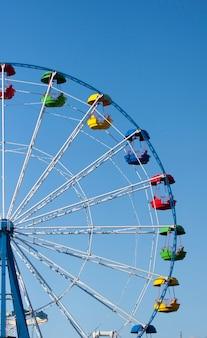 Riesenrad mit farbigen kabinen
