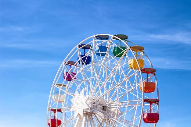 Riesenrad mit mehrfarbigen kabinen.