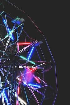 Riesenrad mit neonlichtern
