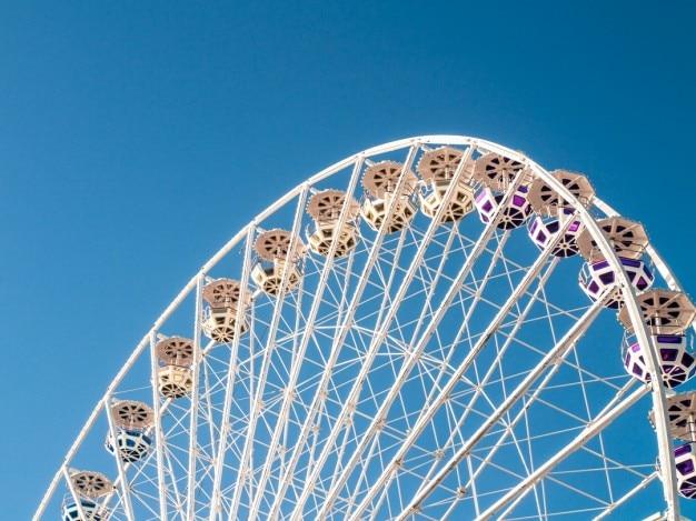 Riesenrad und blauer himmel